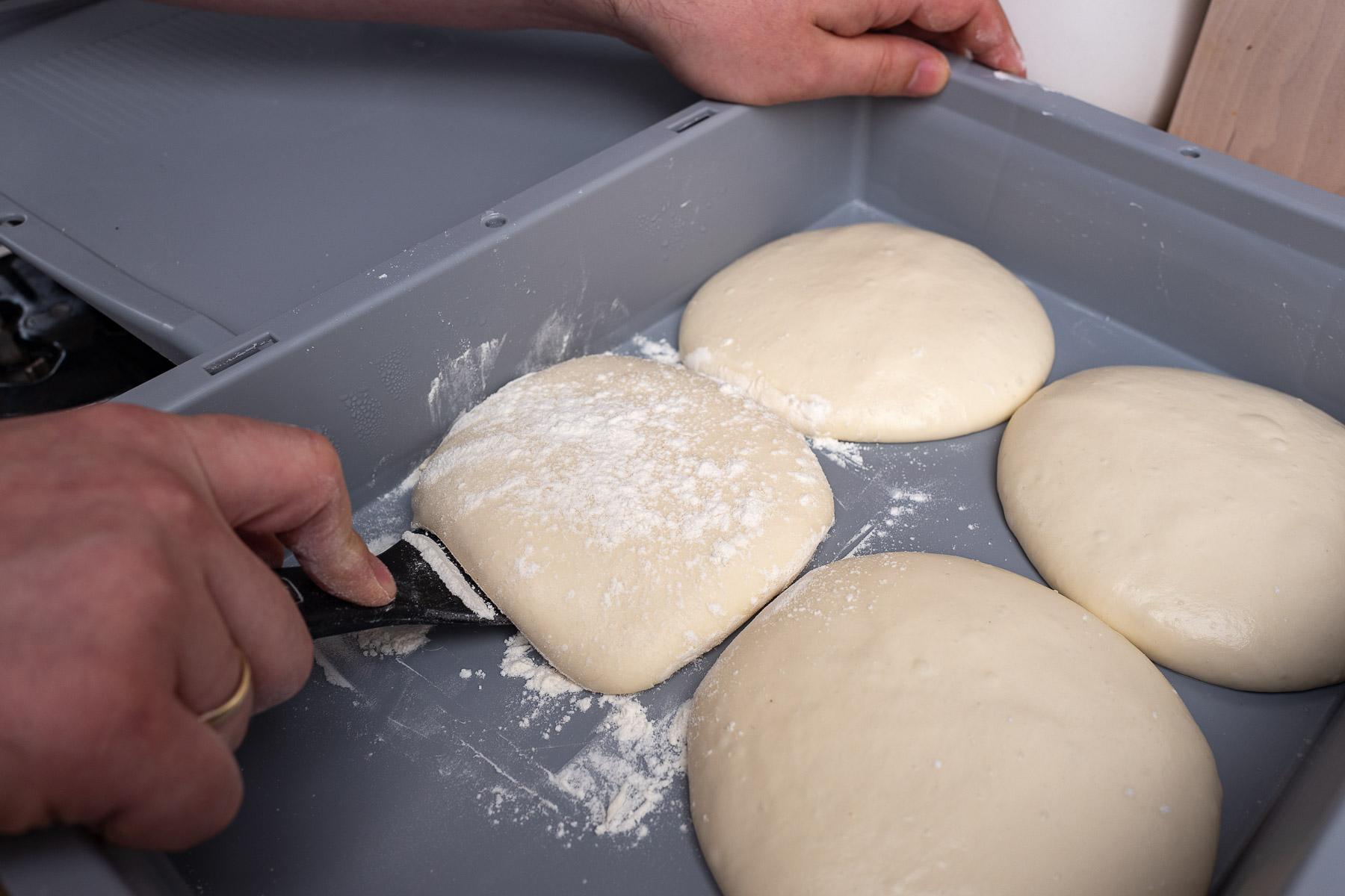 kulkę podsypujemy mąką z wszystkich stron, podważamy i jednym zdecydowanym ruchem podnosimy do góry używając szpachelki