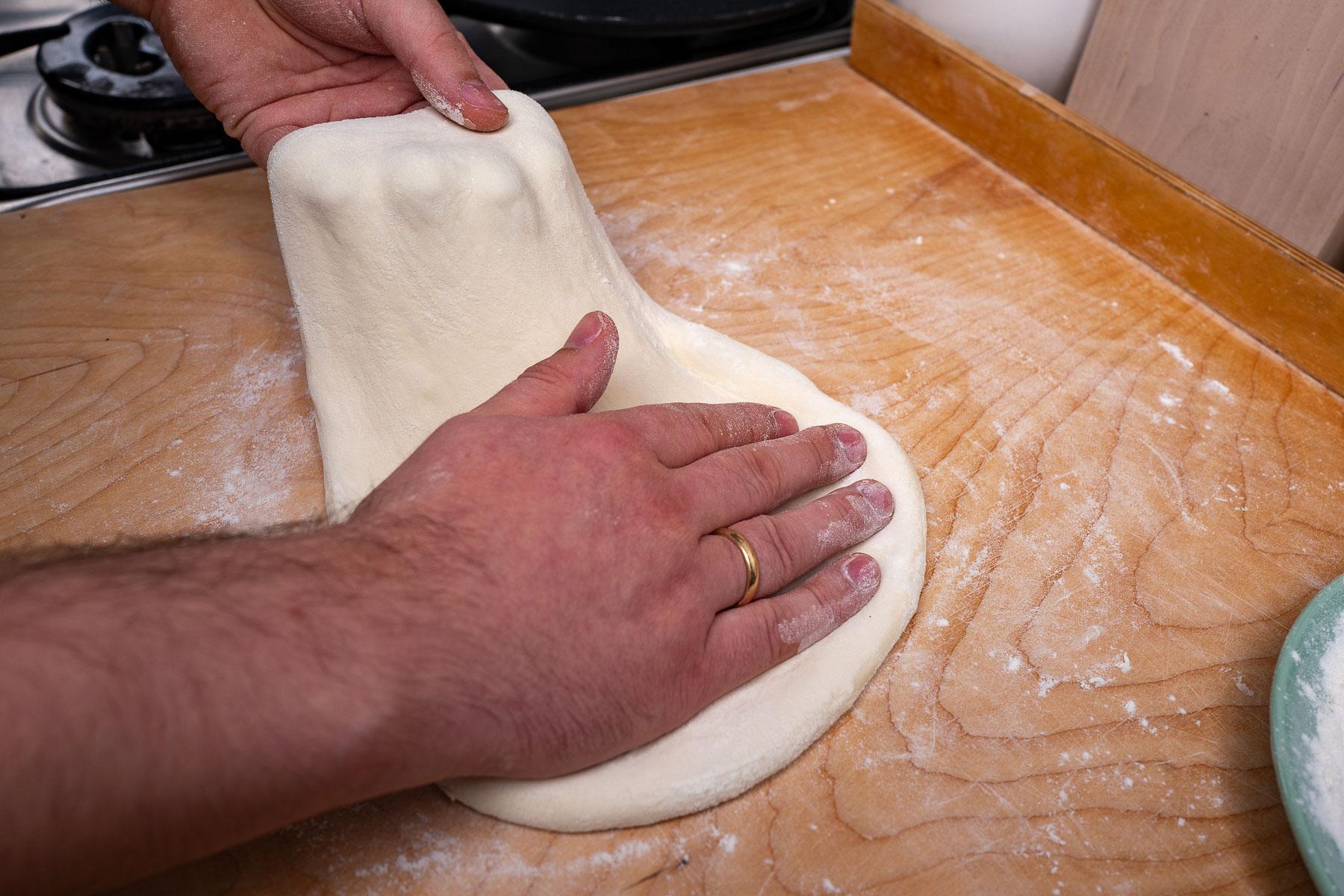 rozciągamy ciasto obracając o 45 stopni za każdym kolejnym rozciągnięciem