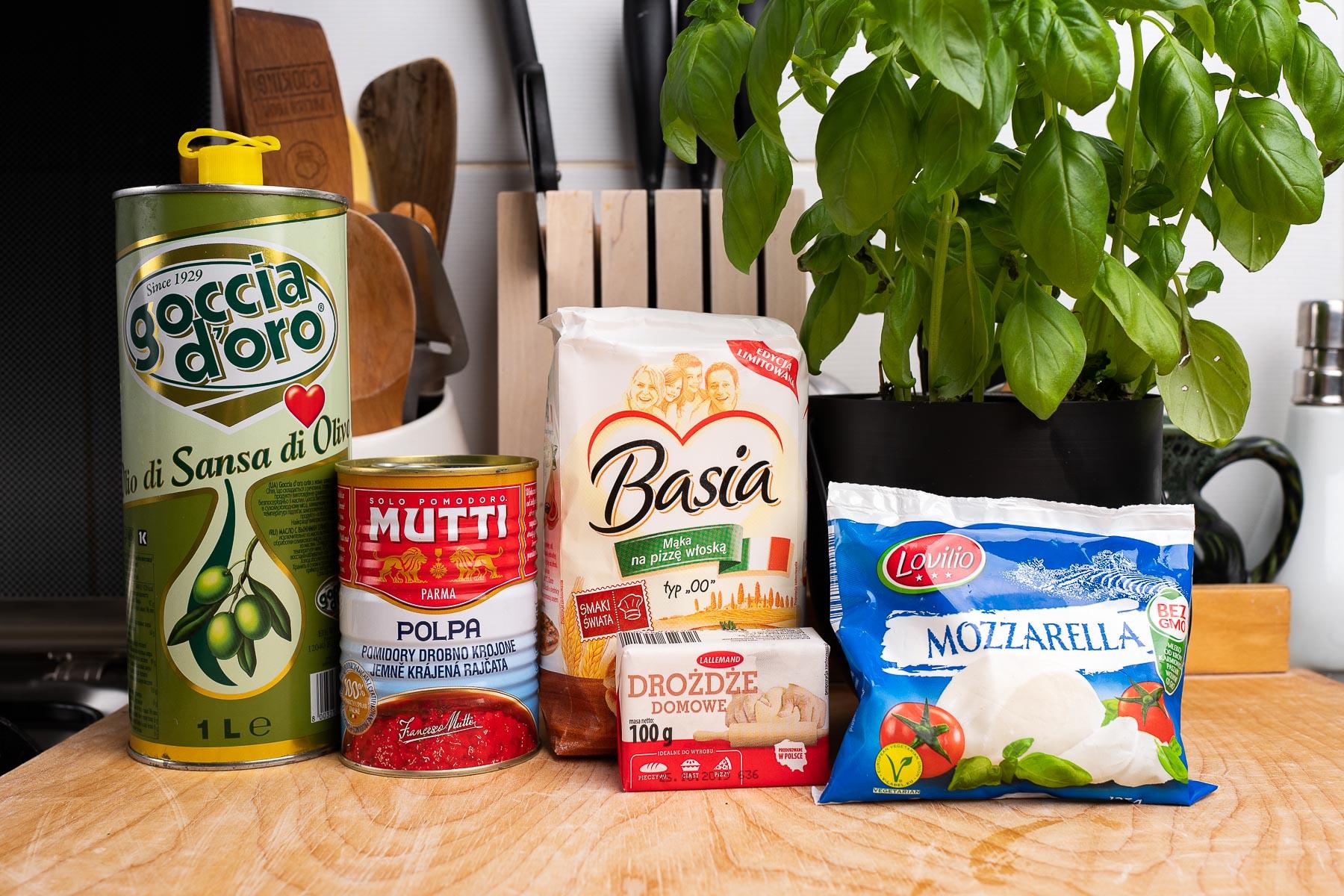 oliwa z oliwek, pomidory, mąka typ 00, drożdże świeże, ser mozzarella, bazylia