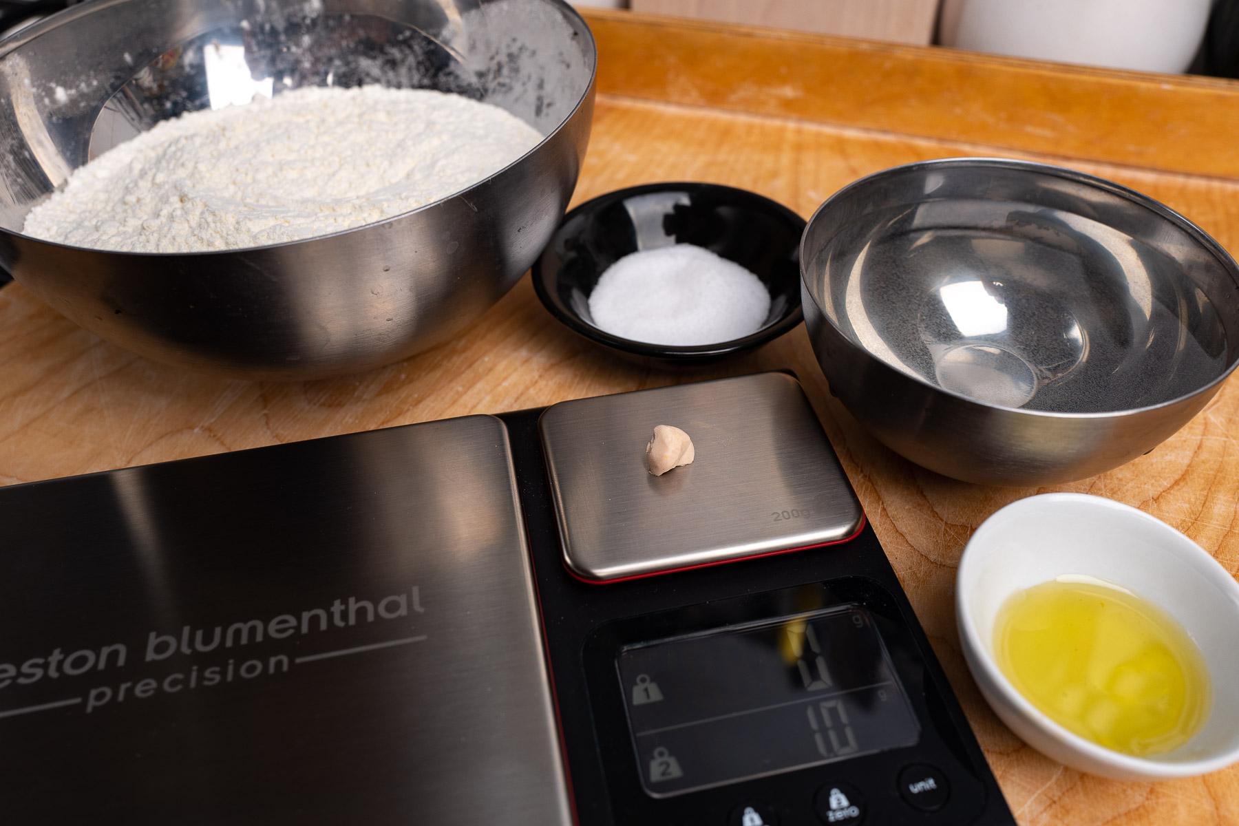 składniki na ciasto: mąka, woda, sól, świeże drożdże, oliwa z oliwek