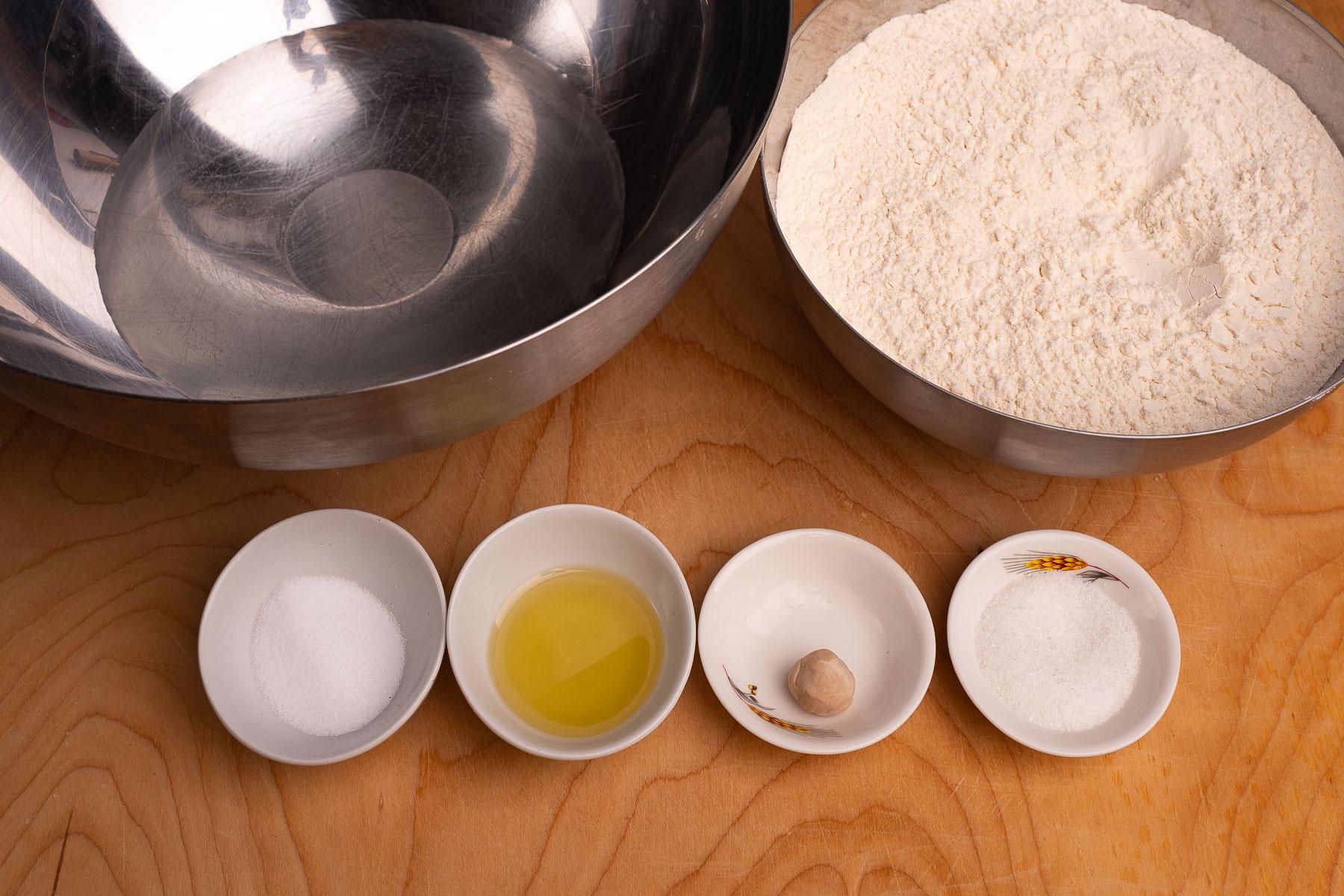 składniki ciasta: mąka, woda, drożdże, sól, oliwa, cukier