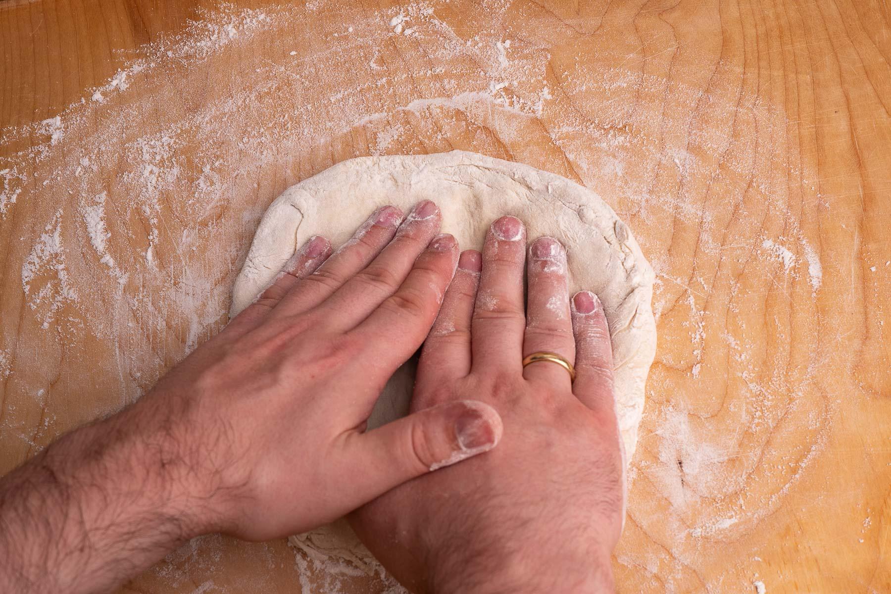 ugniatamy kulkę rozprowadzając ciasto od środka do brzegów