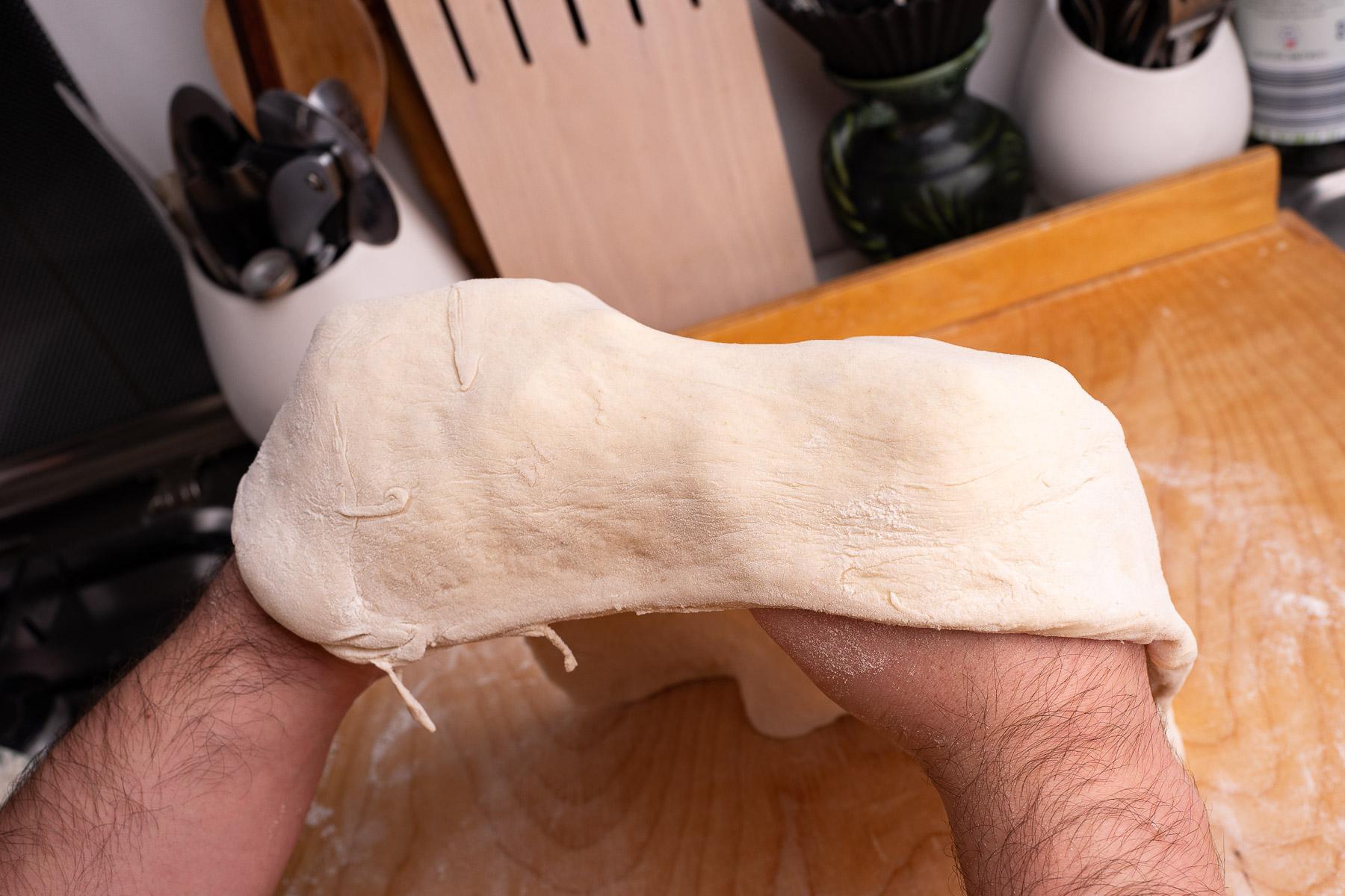 rozciągamy ciasto (mniej wprawnym polecam metodę rozciągania na odwróconej misce)