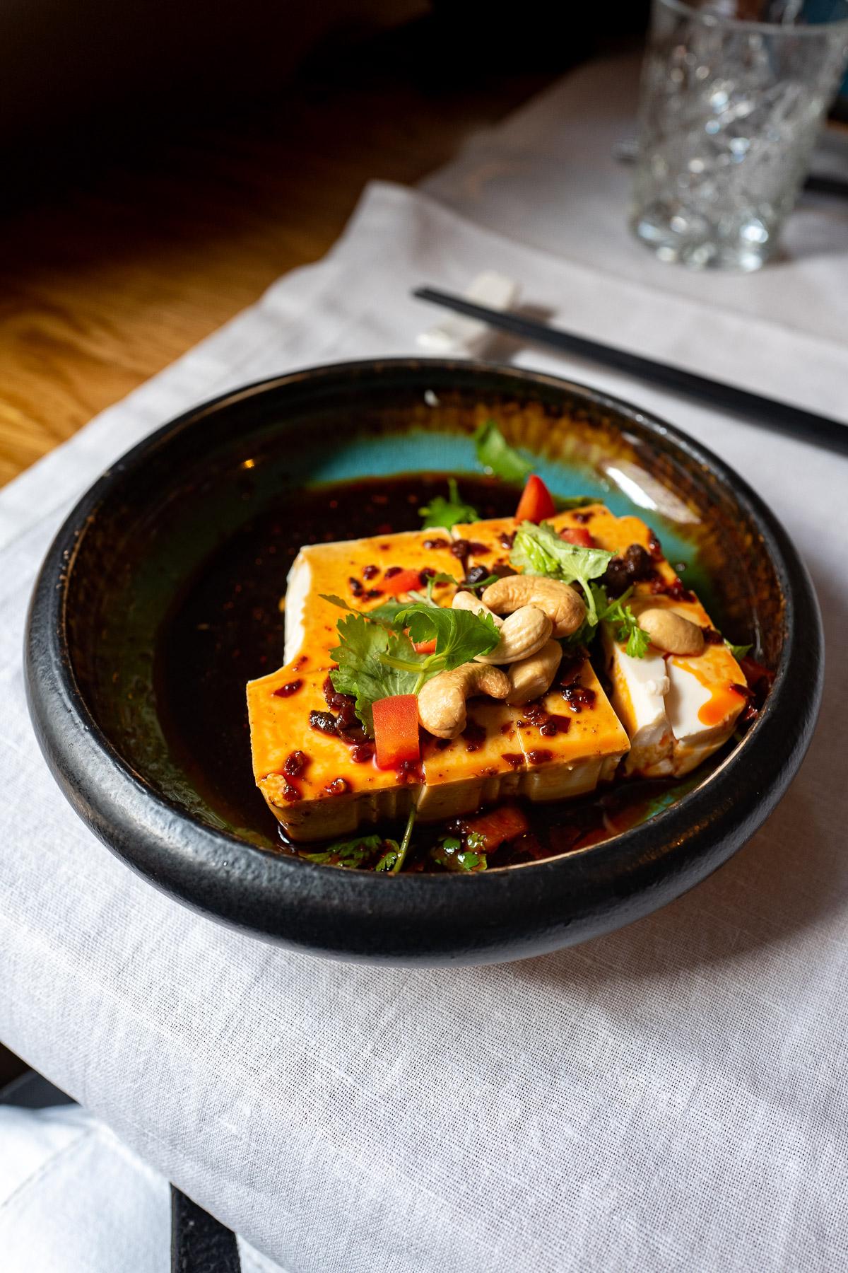 Młode jedwabne tofu | 酱汁嫩豆腐 (w pikantnym sosie sojowo imbirowym z kolendrą i orzechami nerkowca - 31zł)
