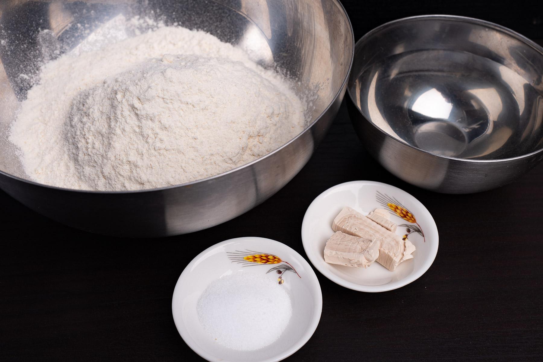 składniki na ciasto - mąka, woda, drożdże, sól