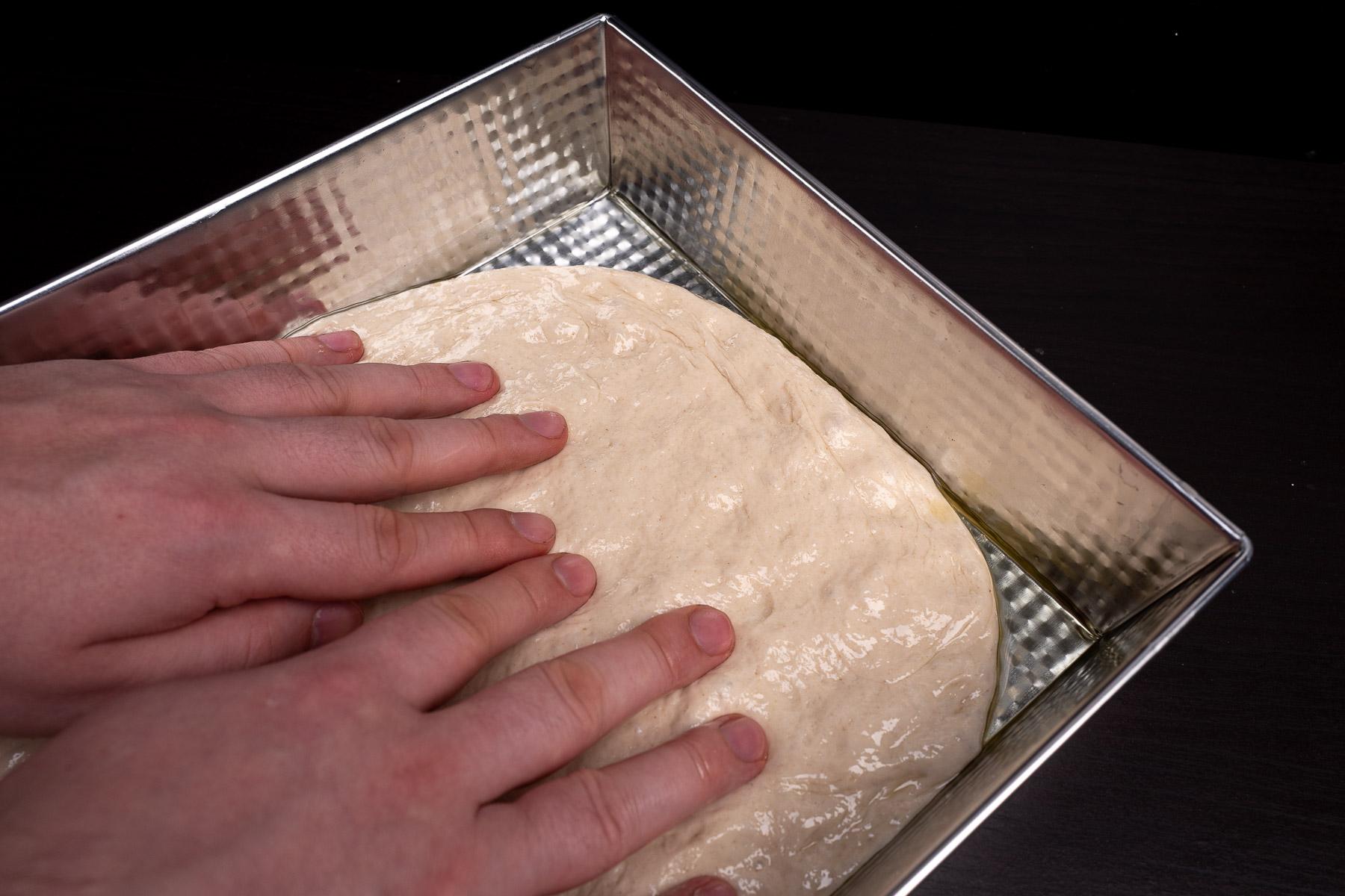 """delikatnie rozciągamy ciasto na całą powierzchnie - rogi będą """"wracać"""", ale nie przejmujemy się tym"""