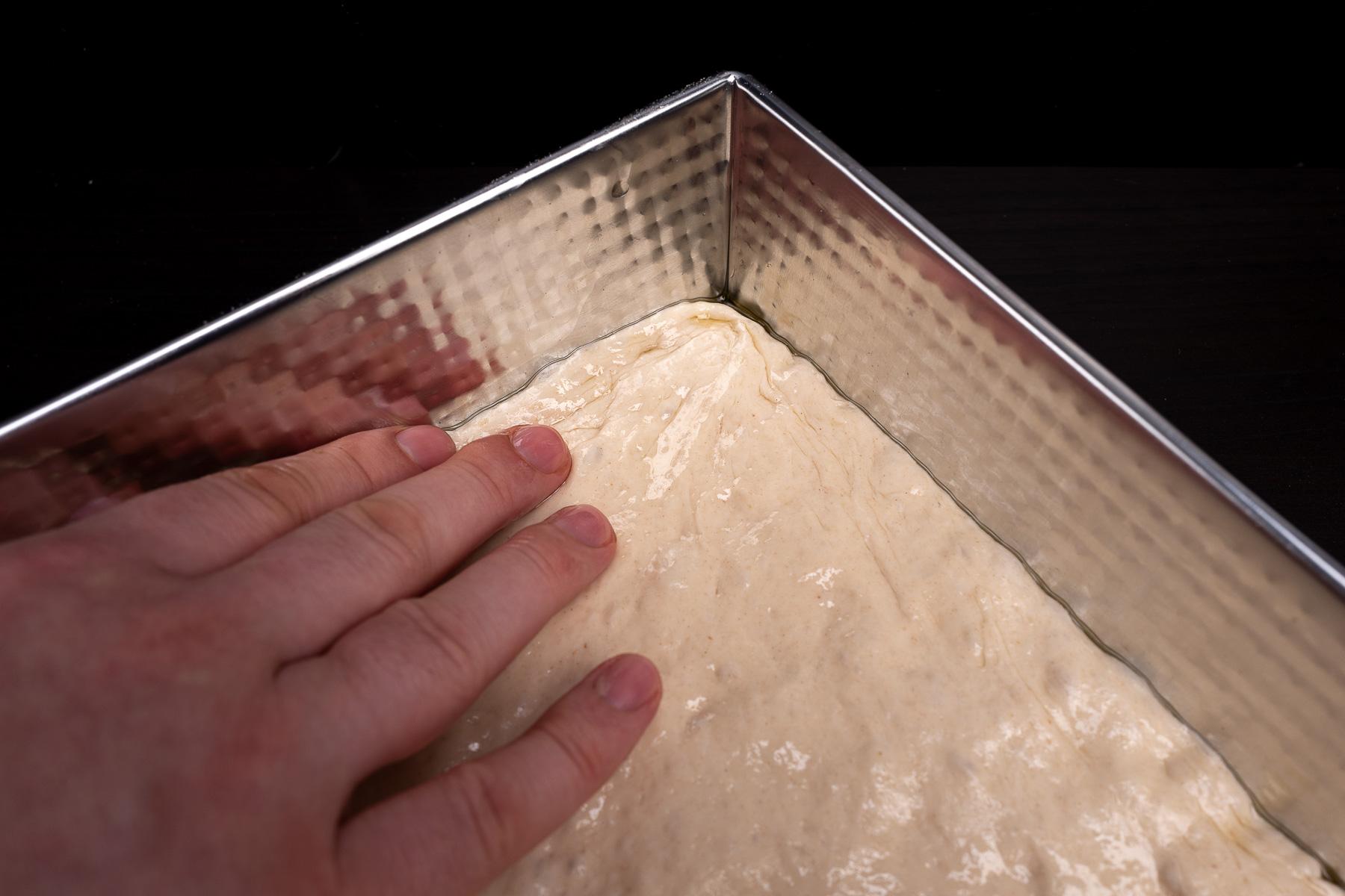 po przerwie naciągamy rogi jeszcze raz, żeby ciasto stanowiło idealny prostokąt