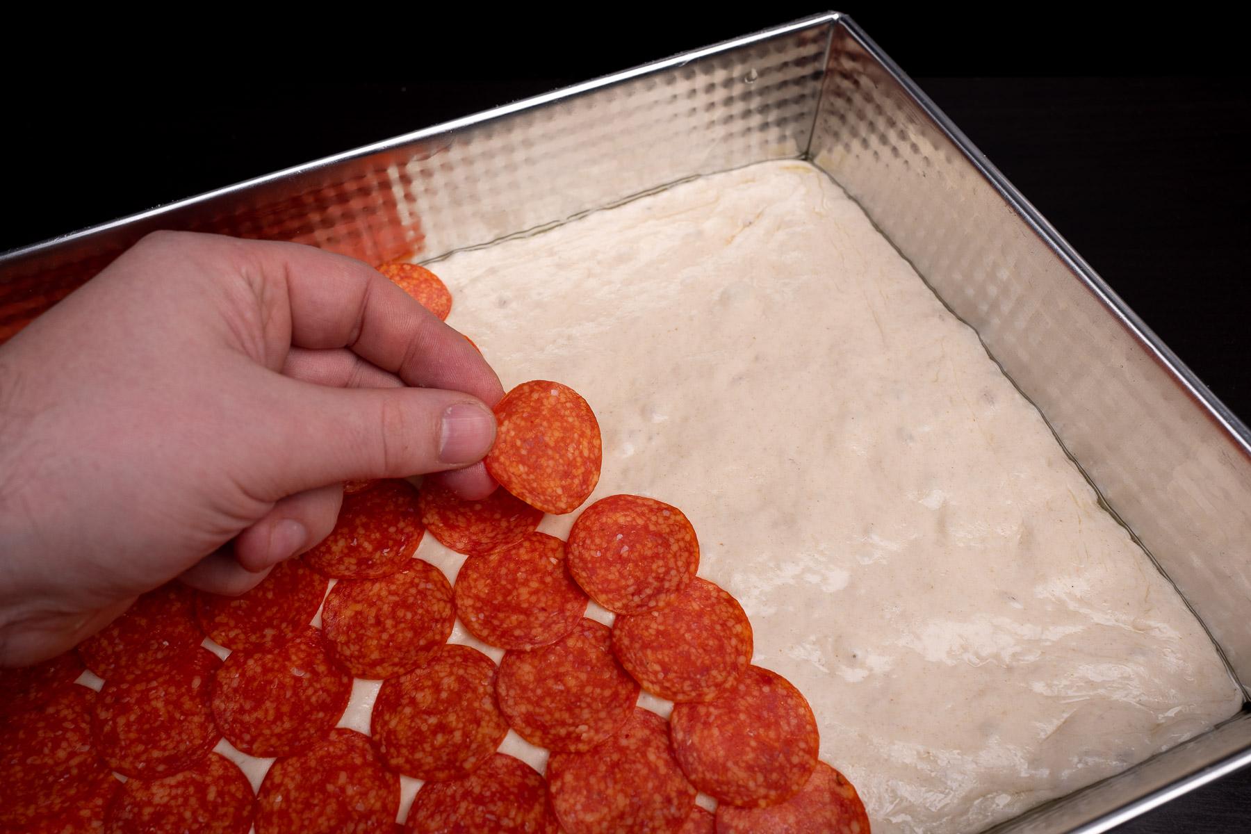 układamy równomiernie pepperoni