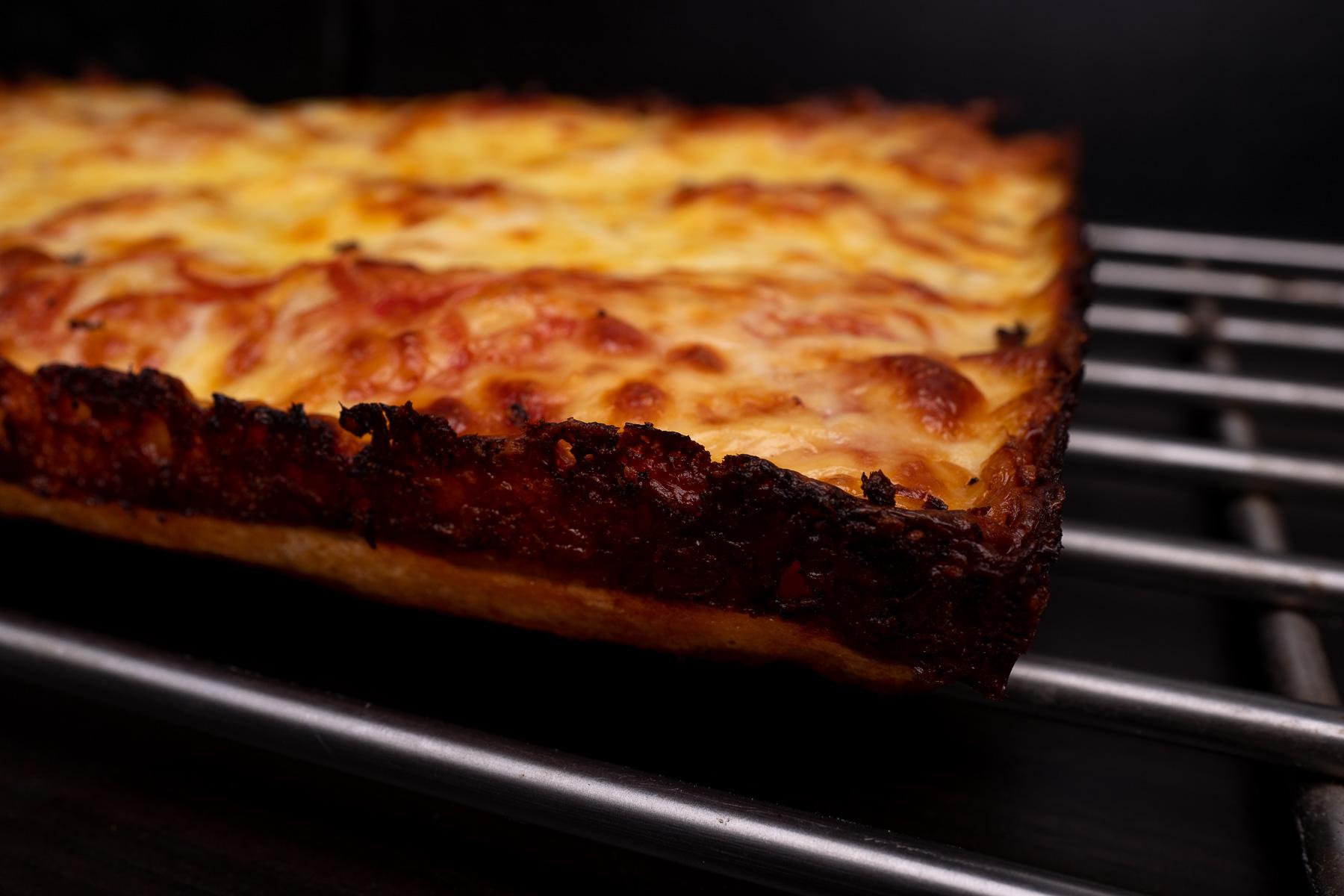 wyciągamy pizzę z blachy wycinają ją przy brzegach nożem