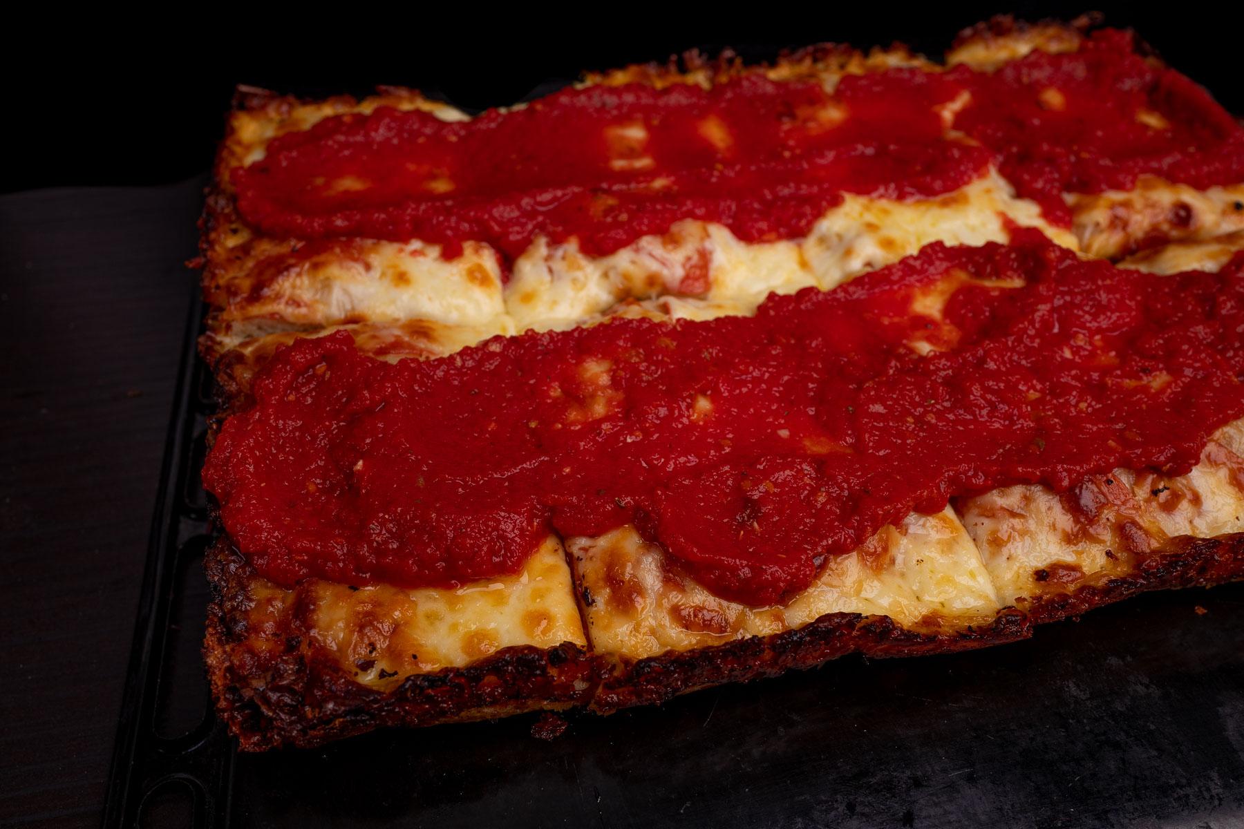 smarujemy górę pizzy gorącą redukcją z pomidorów