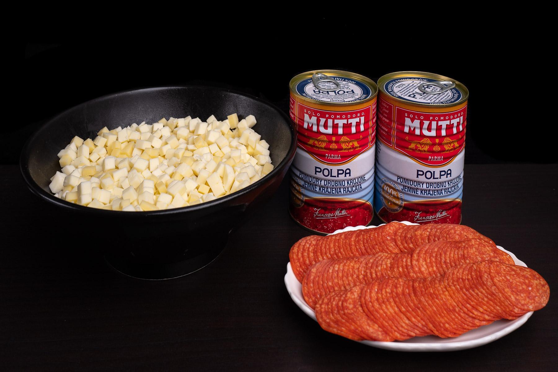 przygotowujemy główne składniki - sery, pomidory i pepperoni