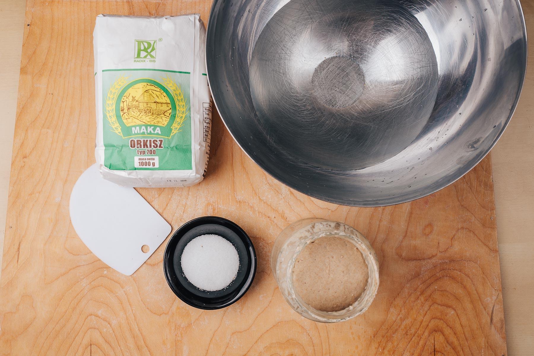 Przygotuj wszystkie składniki - mąkę, wodę, sól i zakwas