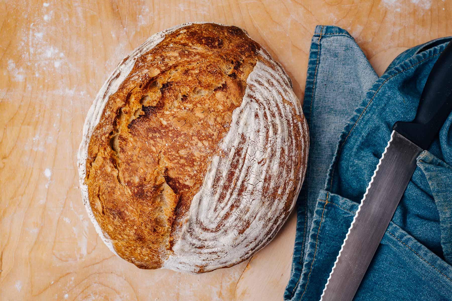 Gotowe! Po około godzinie od wyjęcia z piekarnika można zacząć kroić chleb.