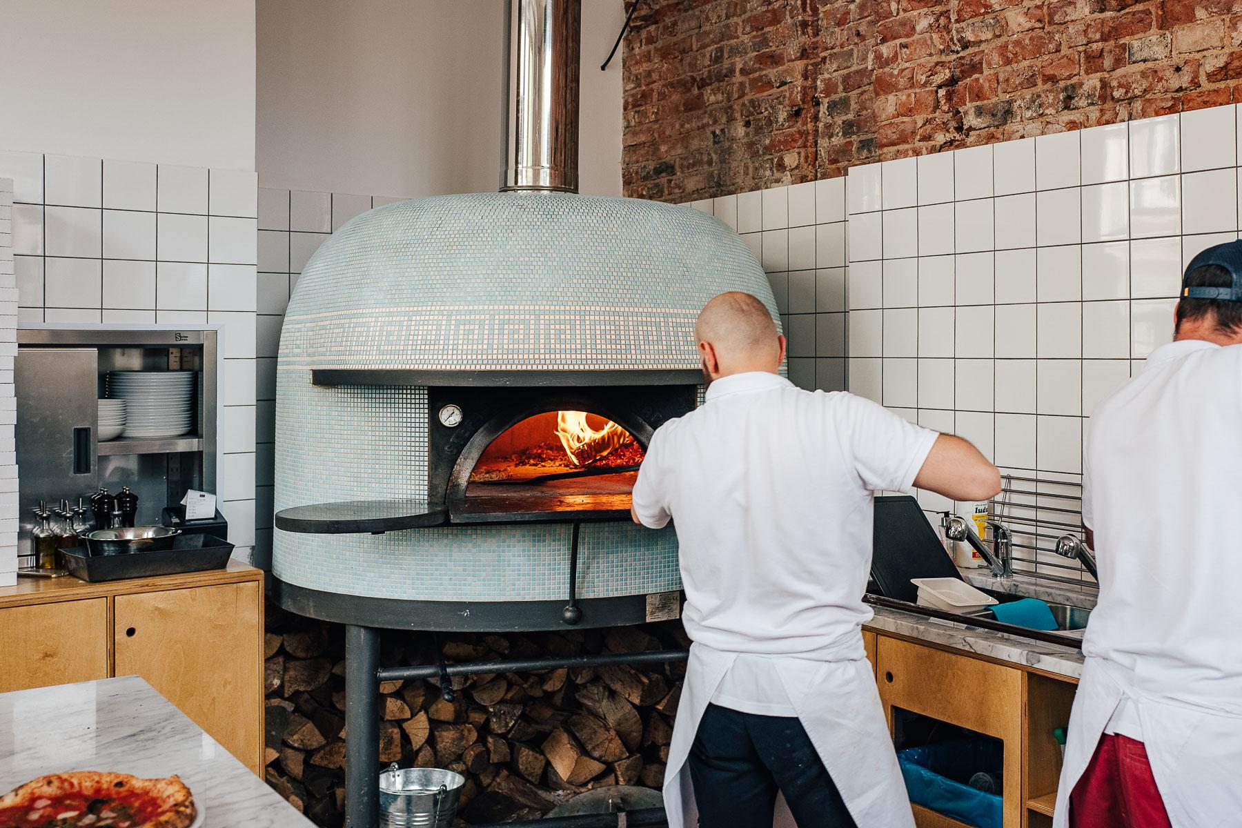 piec opalany drewnem jest sercem pizzerii