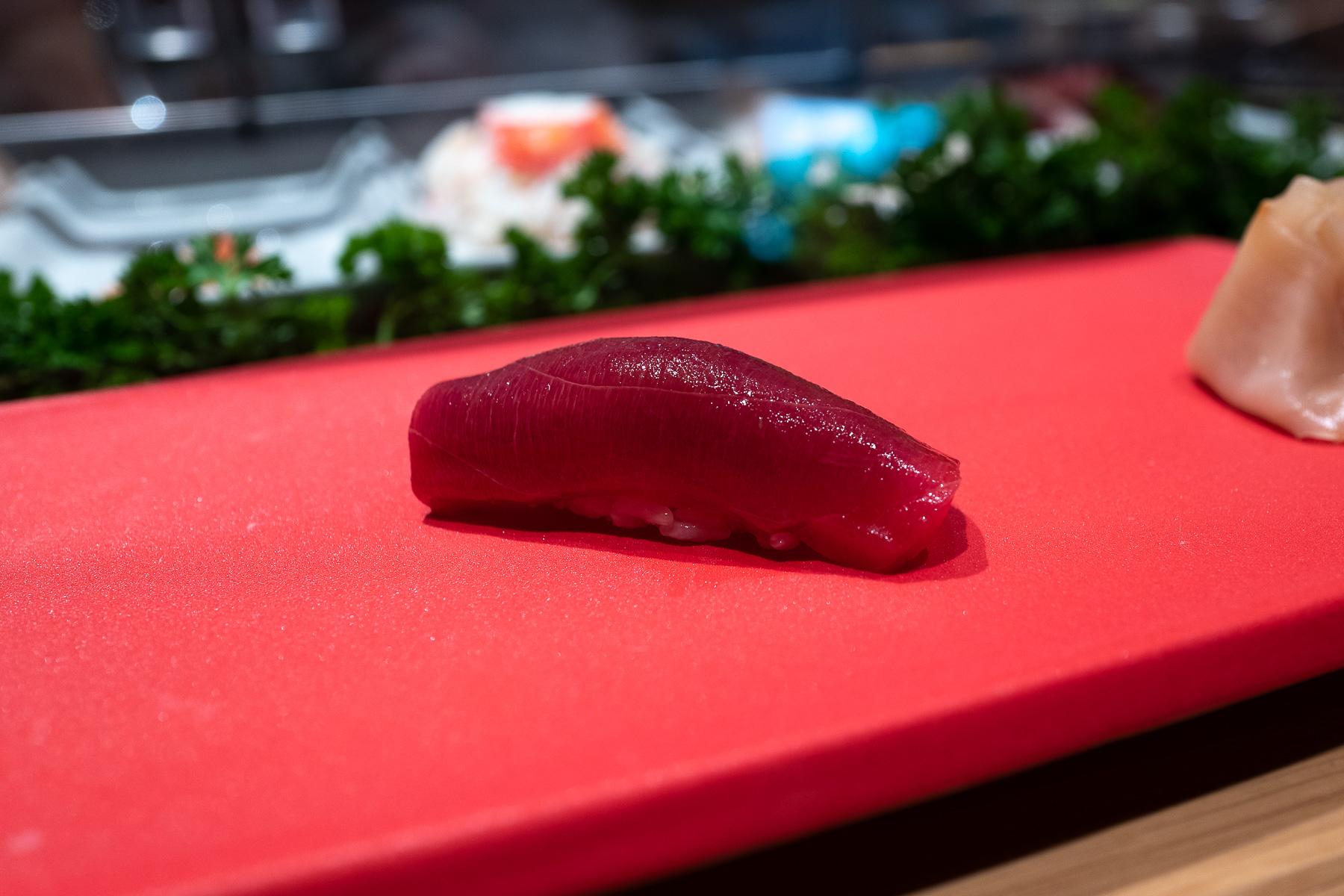 nigiri - maguro zuke (tuńczyk błękitnopłetwy marynowany w zalewie na bazie sosu sojowego)