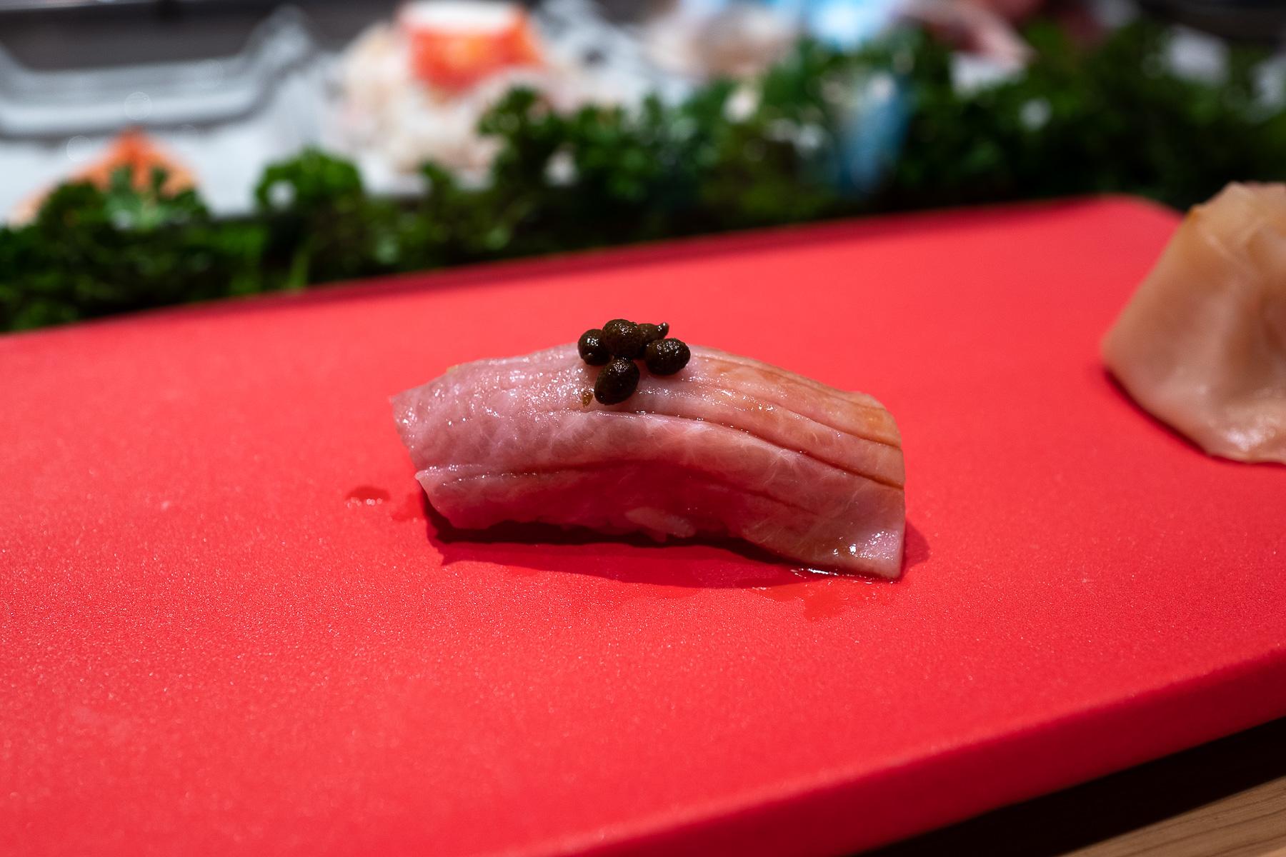 nigiri - ōtoro (tuńczyk błękitnopłetwy - tłusta część) z marynowanym sanshō