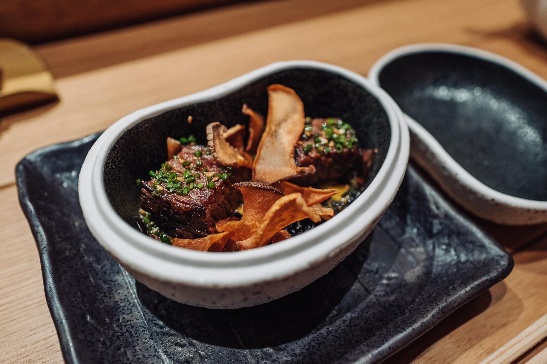 wołowina wagyū z borowikami, musztardą karashi i algami hijiki
