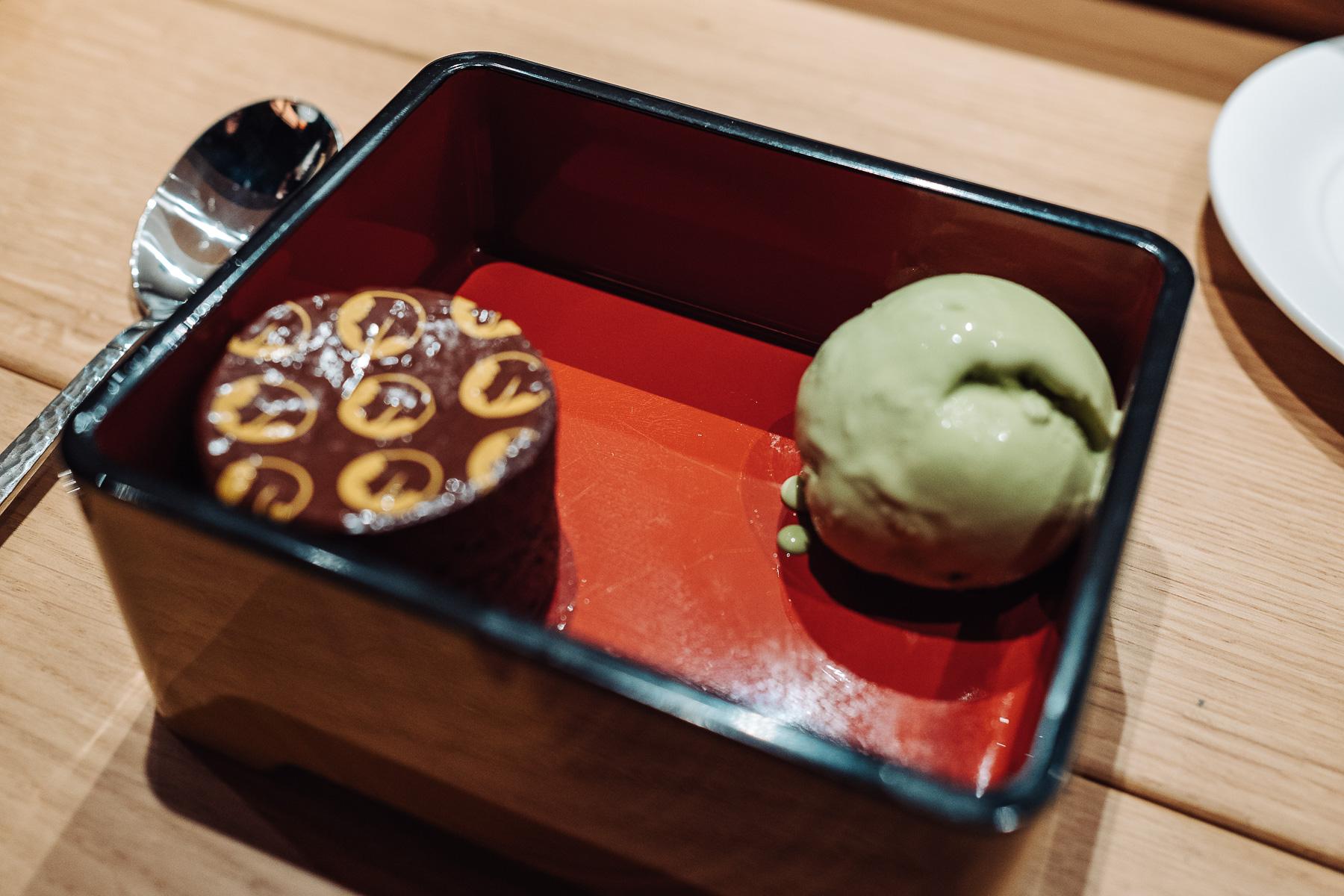 ciastko czekoladowe i lody matcha
