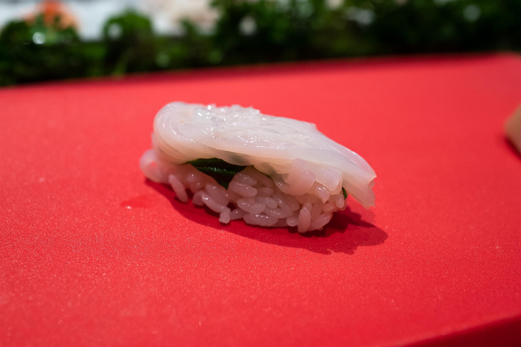 nigiri - ika (kalmar) z solą, cytryną i shiso